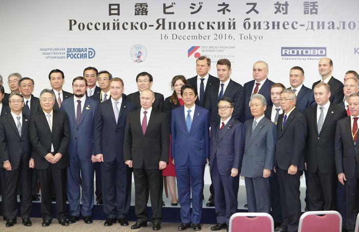 日ロ首脳会談に続いて行われた「日露ビジネス対話」。集合写真におさまるプーチン大統領(中央左)と安倍晋三首相(中央右)=2016年12月16日、東京都千代田区、杉本康弘撮影