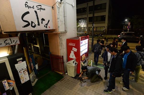 音楽活動をしていた女性が刺された現場に詰めかけた報道陣=2016年5月21日、東京都小金井市本町6丁目