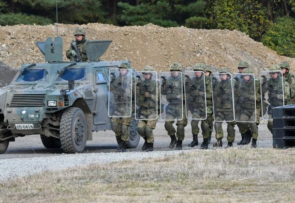 陸上自衛隊岩手山演習場で2016年10月、安全保障関連法に基づく「駆けつけ警護」の訓練をする陸上自衛隊員たち。南スーダンPKO第11次派遣部隊となる陸自第9師団第5普通科連隊が公開した=岩手県滝沢市