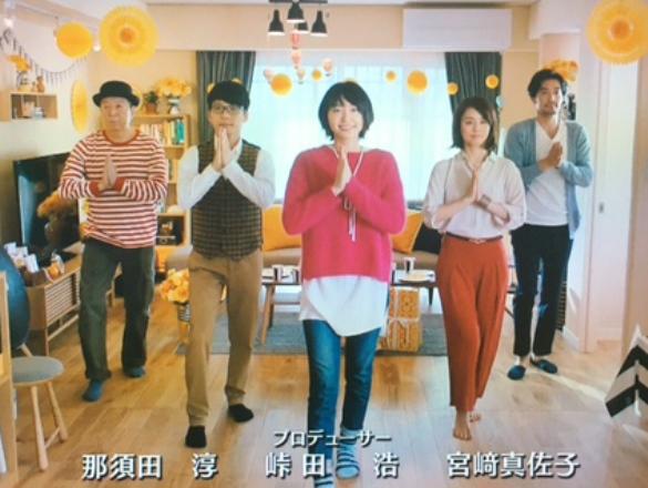ドラマ「逃げるは恥だが役に立つ」のエンディングの「恋ダンス」は人気を集めた。右から2人目が石田ゆり子=2016年