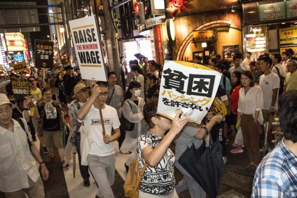 「貧困叩きに抗議する新宿緊急でも」に参加する市民。国会議員の貧困バッシングに抗議して緊急に企画=2016年8月27日、矢部真太撮影