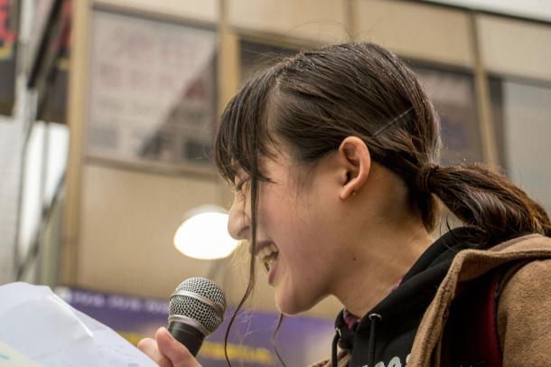 スピーチする藤川里恵さん。スピーチは大きな反響を呼んだ。「第2回上げろ最低賃金デモ(新宿)」=2015年12月16日、矢部真太撮影