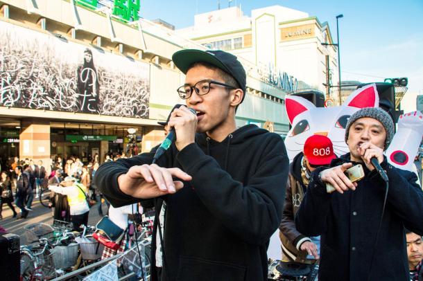 新宿で行われた1回目の「上げろ最低賃金デモ」。小林俊一郎さん(左)がコールする=2015年10月17日、矢部真太撮影
