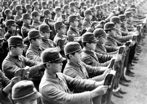 中学校の校庭で軍人勅諭を朗唱する生徒たち=44年2月、東京都内で