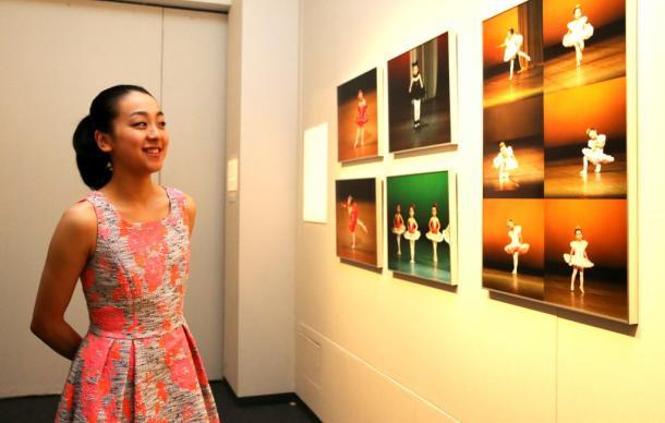 3歳で習い始めたバレエの発表会の写真に笑顔を見せる浅田真央選手=13日午後、東京都中央区の日本橋高島屋2014