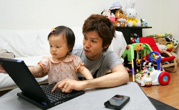 自宅が職場となるテレワークでは、居間が仕事場に=2005年、横浜市