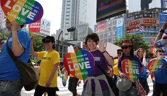 東京・渋谷の交差点をパレードする人たち=2016年5月8日