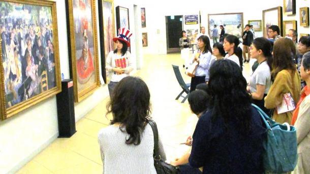 絵の前で、学芸員の説明を聴く来館者=鳴門市の大塚国際美術館
