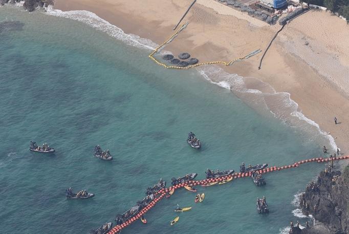 護岸工事が始まり、クレーンでつり上げられた石材が辺野古の海に投入された=2017年4月25日、沖縄県名護市辺野古