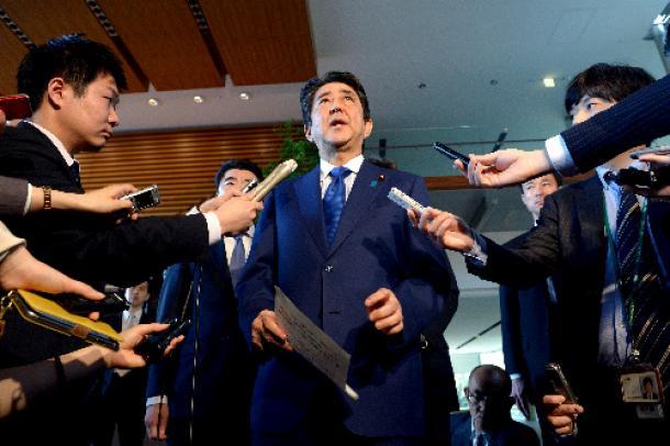 米国のシリア攻撃について「決意を支持」と記者団に語る安倍晋三首相=4月7日、首相官邸
