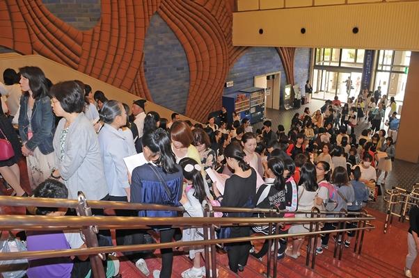 午前10時の開場を前に行列をつくり並ぶこうべ全国洋舞コンクールの観客たち=2017年5月7日、神戸市中央区の神戸文化ホール、撮影:テス大阪