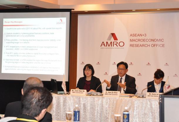 マクロ経済分析を報告するAMROの記者会見=5月4日、横浜市内