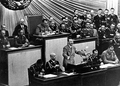 議会で演説をするアドルフ・ヒトラー=1939年