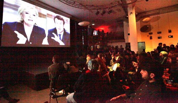 仏大統領選のルペン候補(左)とマクロン候補のテレビ討論会を放映するレストラン。集まった市民は真剣に耳を傾けていた201705