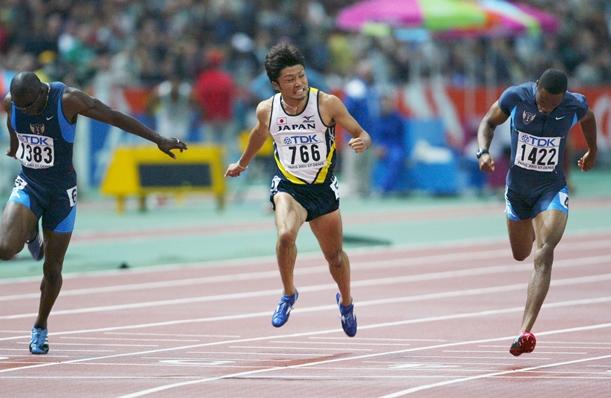 2003年世界陸上パリ大会の男子200メートルで銅メダルを獲得した末続慎吾(中央)=2003年8月30日、パリ