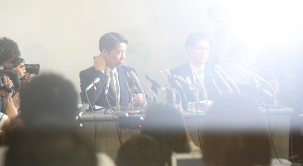 記者会見では、集まった報道陣の熱気でカメラのレンズが曇り、前川喜平・前文部科学事務次官がかすんで見えた20170525