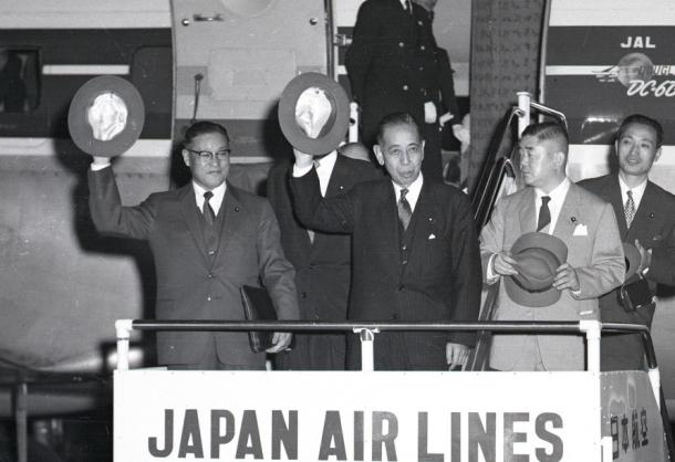 岸信介首相は1957年11月18日夜、東京・羽田空港発の日航特別機で第2次東南アジア訪問の途についた。