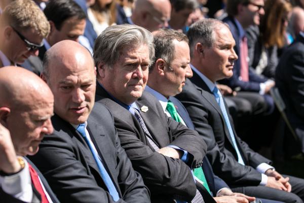 パリ協定からの離脱表明を見守るスティーブ・バノン米大統領首席戦略官(中央)=2017年6月1日、ワシントン、ランハム裕子撮影