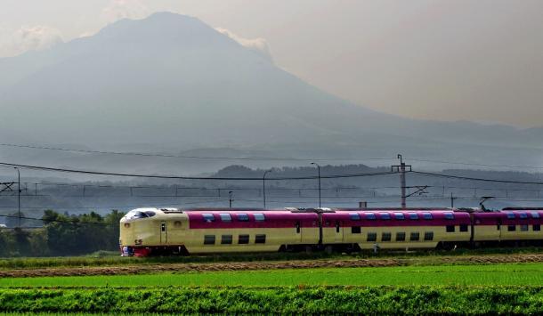 東京発の「サンライズ出雲」。車窓に大山の姿が見えてくる