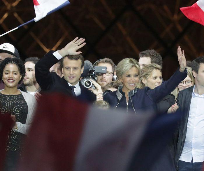 仏大統領選に勝ち、勝利演説を終えたエマニュエル・マクロン氏(中央左)。既成の2大政党の候補は決選投票に進めず、その凋落ぶりを象徴している=杉本康弘撮影