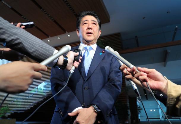 北朝鮮のミサイル発射を受け、官邸で報道陣の取材に応じる安倍晋三首相=5月14日、首相官邸