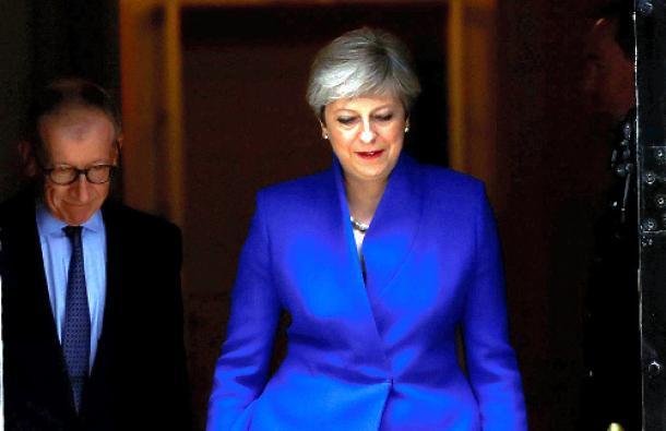 メイ首相への退陣コールが強まる 視界不良の英国