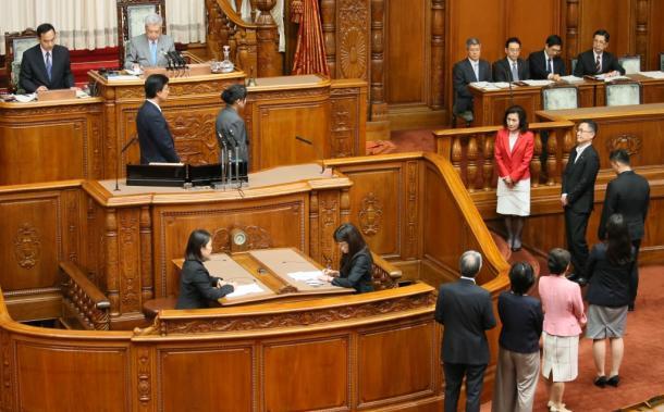 参院本会議での採決時、時間をかけて投票する野党議員ら=15日午前7時25分