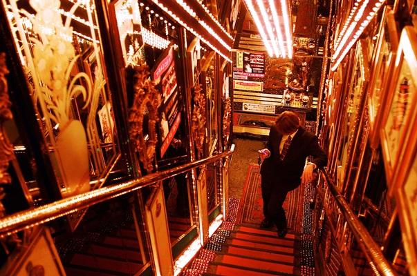 目がくらむようなホストクラブの入り口。朝9時まで営業=2001年、東京都新宿区歌舞伎町