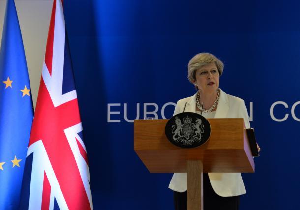 EU首脳会議の後に会見に臨む英国のメイ首相=ブリュッセルのEU本部