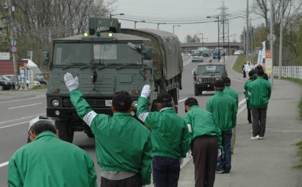 自衛隊員に熱心に手を振る候補者陣営