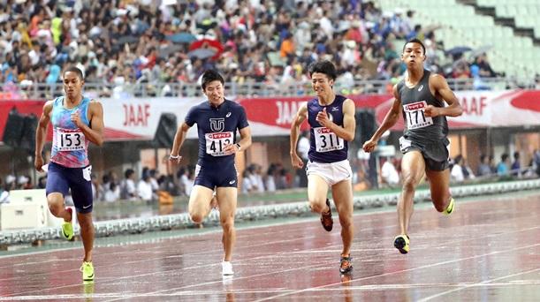 日本選手権男子100メートル決勝で優勝したサニブラウン(右端)。左から3位のケンブリッジ、4位の桐生、2位の多田=2017年6月24日、大阪市の長居陸上競技場