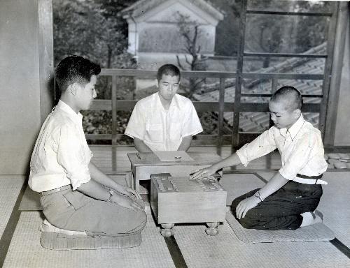 史上初の「中学生棋士」としてデビューした頃の加藤一二三九段(右)。当時の「週刊朝日」では「関西の天才少年」と紹介されていた=1954年