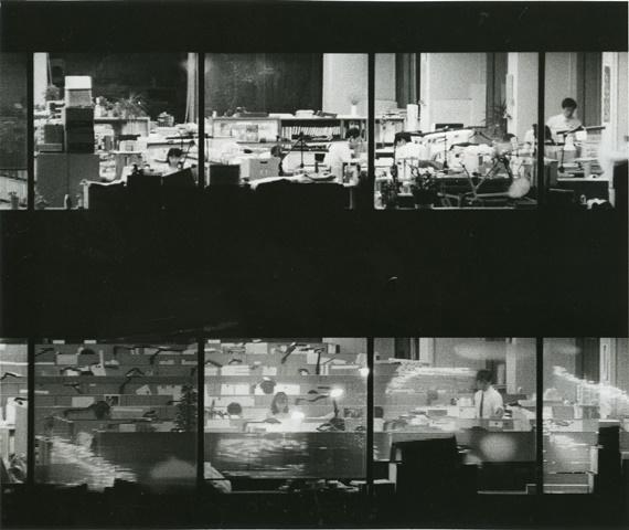 夜9時を過ぎてもオフィスビルの各階で残業の社員が動き回る=1990年、東京・銀座