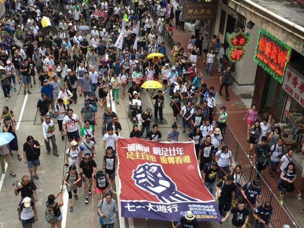 市街で民主化デモを行う香港市民=7月1日、撮影:五野井郁夫