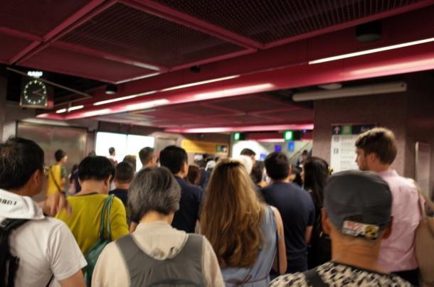 デモ参加者であふれかえる地下鉄の銅鑼湾駅=7月1日、撮影:五野井郁夫