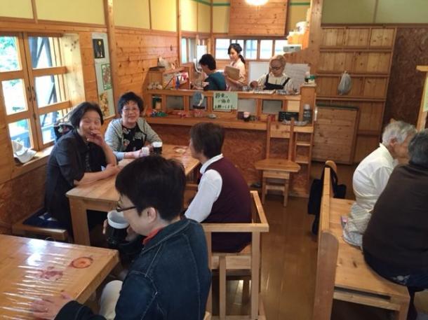 廃業した喫茶店を借りて毎週1回開く「認知症カフェ」。ボケ防止のための早口言葉や合唱を楽しむ