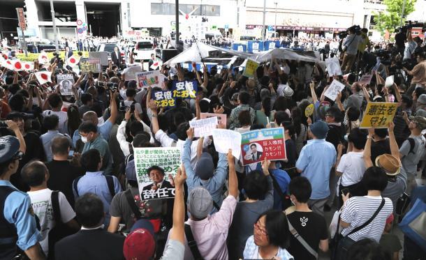 安倍晋三首相が街頭演説をする会場にはプラカードを掲げて抗議する人たちも見られた=1日20170701T