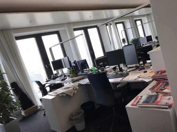 土曜日の朝の訪問で、オンライン編集部は閑散としていた