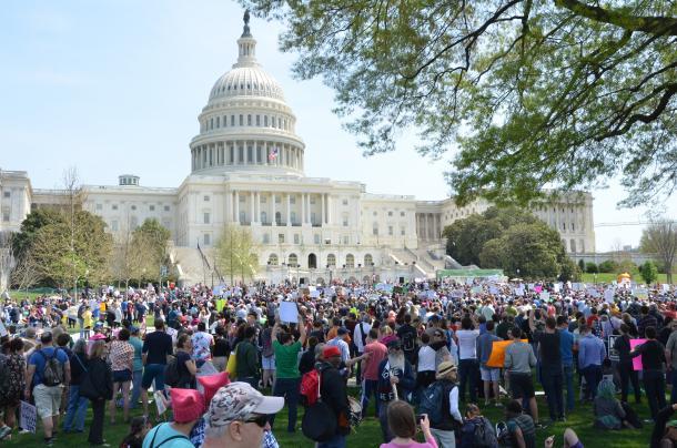 米連邦議会前でトランプ大統領に抗議する市民ら=4月15日、ワシントン
