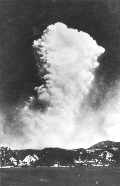 広島県呉市から撮影された原子爆弾投下2、3分後の原子雲。地上写真として新聞紙上に掲載された最初の貴重な写真 1尾木正己さん)