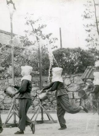 注水仮標にむかってバケツの水を注ぐ広島師団司令部女子職員たち(1943年6月