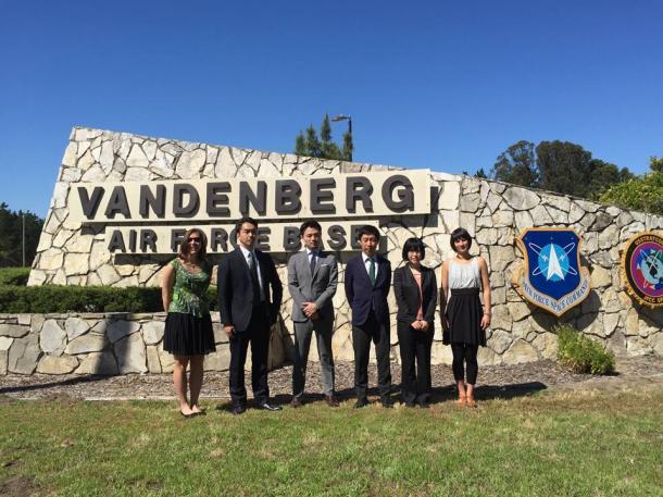 アメリカ本土防衛の要衝、バンデンバーグ空軍基地(カリフォルニア州、向かって左から2番目が筆者)