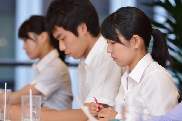 (向かって左から)内海奈南さん、高山智也さん、反保真優さん