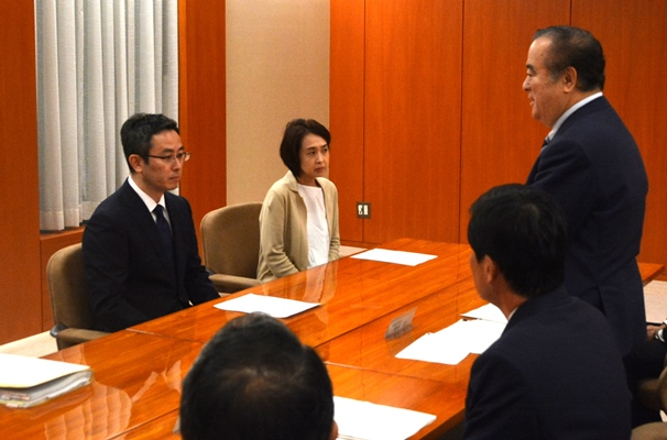 橋本昌・茨城県知事(右)のもとで、2年前に取手市の中学3年生の中島菜保子さんが自殺した問題の調査委員会が設けられることになり、「いじめ被害があった」と訴えている両親が面会した=2017年8月4日、水戸市の茨城県庁