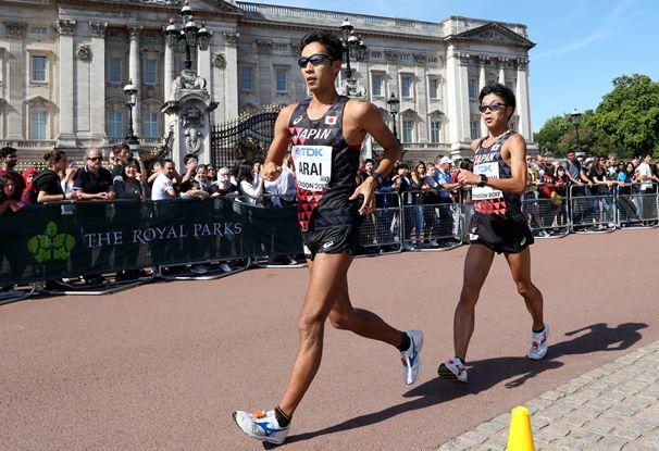 世界陸上の50キロ競歩で銀メダルを獲得した荒井広宙(左)と銅メダルとなった小林快=2017年8月13日、ロンドン・バッキンガム宮殿前