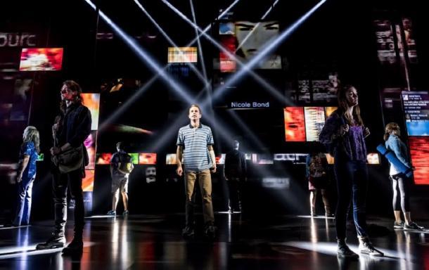 トニー賞作品賞を受けた『ディア・エヴァン・ハンセン』の舞台。(C)Matthew  Murphy