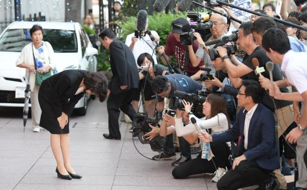 後援会の集会に向かう途中で、頭を下げる豊田真由子衆院議員=18日午後5時3分、埼玉県新座市20170918