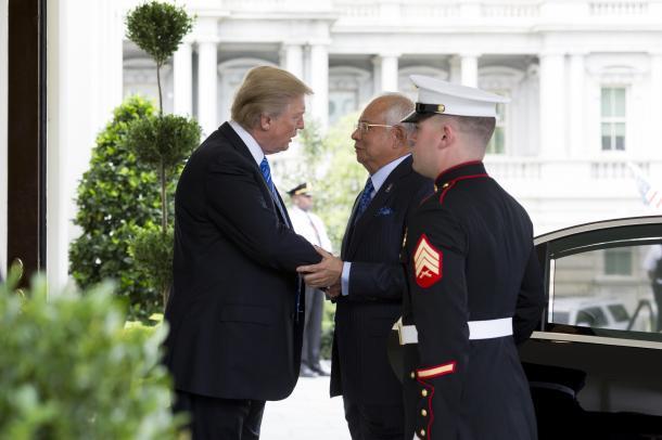 マレーシアのナジブ首相(中央)をホワイトハウスで迎えるトランプ米大統領(ホワイトハウスのホームページから)