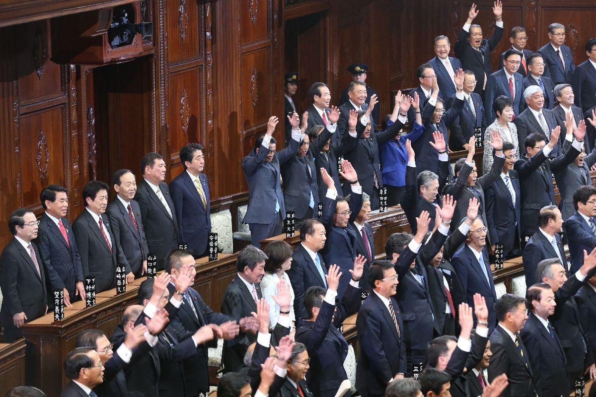 2014年11月の衆院解散で万歳する衆院議員。このときも安倍首相の「抜き打ち」解散だった=2014年11月21日