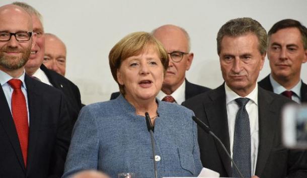キリスト教民主同盟の党本部で演説するメルケル首相(中央)=ベルリン、9月24日